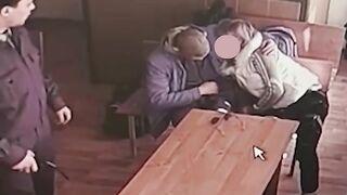 Russische Frau saugt Ehemann Zeku Schwanz in einem Dating-Raum