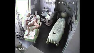 Die Sitzung der Haarentfernung der Muschi und des analen mageren Mädchens ist auf die versteckte Kamera gekommen