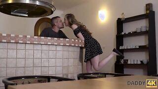 Das russische Mädchen hat mit dem alten Vater geschlafen, während er unter der Dusche war