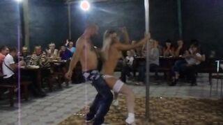 Eine Ukrainerin in weißen Strümpfen und Höschen tanzt einen Striptease in einem Cheburechny am Ufer von Kirillovka