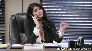 Der Chef ließ den Kurier ihre Muschi lecken und sie im Büro ficken