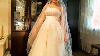 Schlosser auf dem Hahn schlitzte russische Braut in einem weißen Kleid, während der Bräutigam für die Hochzeit sich vorbereitete