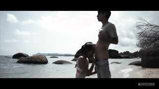 Die junge Asiatin bläst einen Sexblogger an einem leeren Strand
