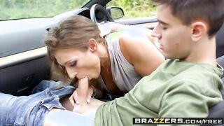 Geile Mutter lutschte einem fremden Jungen in einem Auto einen Schwanz