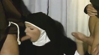 Nonne saugte Mitglieder von zwei jungen Einsiedlern im Büro des Pastors