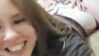 Ein Mädchen von der Krim stöhnt in die Kamera, während ein Junge sie fickt
