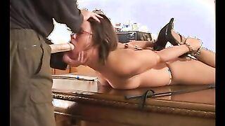 Bdsm meister gefickt gefesselt sklave in mund nach folter mit sexspielzeugen