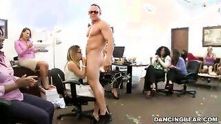 Blowbang für eine Stripperin auf einer Firmenfeier im Büro