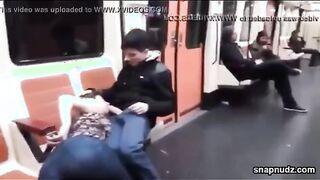 Bitch in Leggings lutscht in der U-Bahn den Schwanz eines Freundes in der Öffentlichkeit