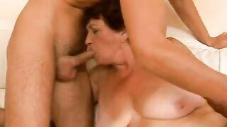 Die mollige Großmutter lutscht den Schwanz eines Jungen zu ihrem 60. Geburtstag