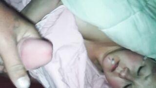Schuss Sperma ins Gesicht einer schlafenden Frau mit durchbohrten Brustwarzen