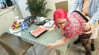 Fat Sekretärin in Strümpfen springt auf ein Mitglied des Chefs im Büro