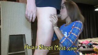Asiatische Kellnerin hat Nylonstrumpfhosen auf der Straße und an der Bar abgerissen