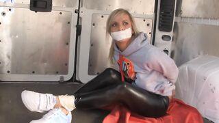 Der maskierte Bandit entführte ein schönes Mädchen und war in einem Lieferwagen gefesselt