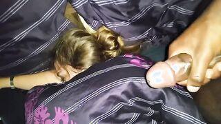 Ebony fingert einen schwarzen Schlauch über eine schlafende Freundin, geil mit dem Anblick von rosa Höschen