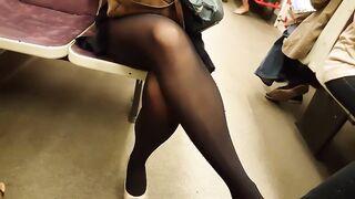 Jagt eine Blondine in Strumpfhosen und filmt heimlich ihre Beine in der U-Bahn