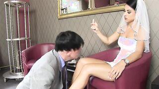 Die Braut drückt den alten Ehemann und zwingt ihn, seine Beine zu küssen