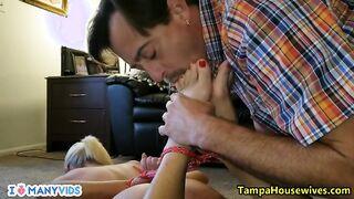 Der Ehemann band seine nackte Frau zusammen und band seinen Mund mit Klebeband fest, um ihre Beine zu lecken