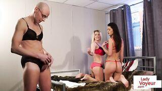 Schöne Freundinnen posieren vor einem reifen Masturbator in Dessous, während er masturbiert