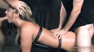 Bound Kassiererin wird tief in den Mund und die Muschi auf BDSM Gangbang gefickt