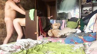 Der Ehemann lud eine Prostituierte nach Hause ein und fickt sie, während seine Frau nicht zu Hause ist