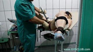 Der Gynäkologe untersucht die Vagina seiner Schwester im Krankenhaus
