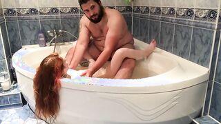 Fat Chechen fickt rothaarige russische Mädchen im Badezimmer
