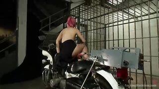 Sexmaschine hämmert brutal rosa Färse in alle Löcher