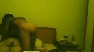 Eine versteckte Kamera in einem Hotelzimmer schoss einen Mann und ein gebräuntes Mädchen