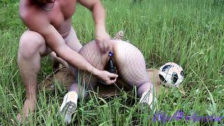 Glatzkopf fickt Freundin draußen im Gras
