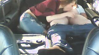 Junges Mädchen saugt Hahn von einem älteren grauhaarigen Mann in einem Auto