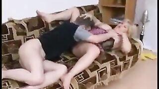 Die dicke Mutter aus Irkutsk hatte Sex mit ihrem Sohn und wurde beim Masturbieren erwischt