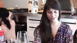 Russische Studenten unterstützten ihre Freundin beim Ficken in der Küche