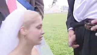 Die Braut fickt den Bräutigam im Kreis der St. Petersburger Freunde beim Bronze Horseman