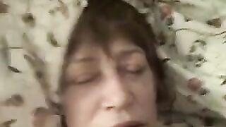Enkel fingert Dick und Cumshot auf das Gesicht der schläfrigen Großmutter