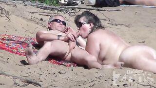 Einen Blowjob filmen, der von einem reifen Nudisten am Strand ausgeführt wird