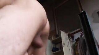 Mechaniker ficken grob das Analloch einer Frau in Strümpfen in einer Garage