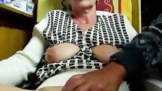Enkel fingert die geschwollene Klitoris der Großmutter in einem undichten Pullover