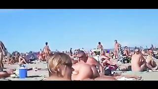 Swinger für vier an einem FKK-Strand