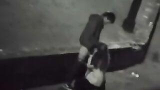 Ein Ladenwächter fotografiert eine betrunkene Schlampe, die in einem Park einen Schwanz lutscht