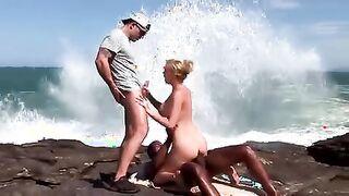 Zwei fickten eine Lesbe in den Arsch und gossen Sissyandra mit Sperma am Meer ein