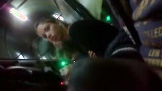 Masturbator masturbiert Schwanz an einem jungen Mädchen in der U-Bahn