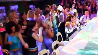 Stripper reibt seinen Schwanz während eines Auftritts im Club gegen ein Partygirl