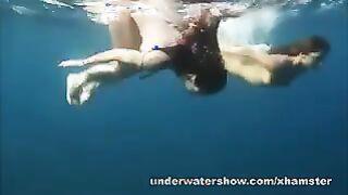 Nastya und Masha schwimmen nackt im offenen Meer