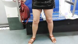 Blitze nackte Fotze unter einem Lederrock in der U-Bahn