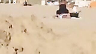 Eine Frau in einem Kleid saß auf ihrem Gesicht mit einer Muschi für einen Cooney am Strand