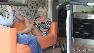 Stiefsohn streichelt die Beine der Stiefmutter und macht eine Fußmassage