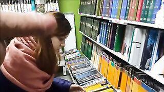 Der Verkäufer strahlt in einer Buchhandlung einen Schwanz vor Färsen