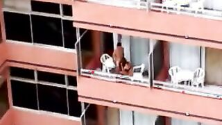 Jungs, die einen Blowjob auf dem Balkon ausspionieren
