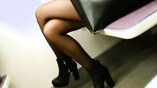 Jagt und zieht heimlich die Beine eines Fremden in Strumpfhosen in der U-Bahn aus
